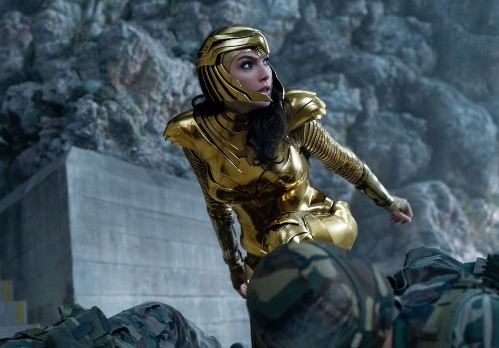 Wonder Woman khoác lên bộ giáp Golden Eagle.